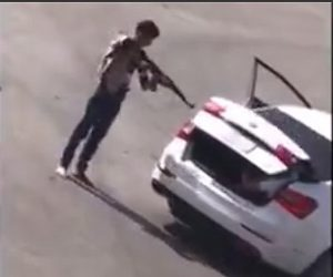 【衝撃】ギャングにライフルを突きつけられ、トランクに押し込められる男性