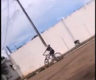 【動画】自転車でウイリー走行した男性が電柱に顔面を強打してしまう