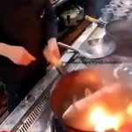 【衝撃】中華鍋で生きた魚を焼こうとするが魚が暴れ出し…