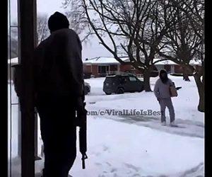 【衝撃】宅配で届けられた荷物を泥棒が盗もうとするが家主が銃を持って現れ…