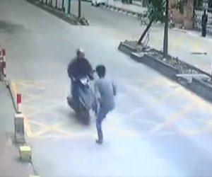 【衝撃】携帯電話を盗んでスクーターで逃げる男に盗まれた男性が気づき飛び蹴りをする衝撃映像