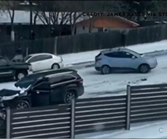 【事故】雪が凍った坂道でコントロールを失った車が次々と滑り落ちてくる衝撃映像