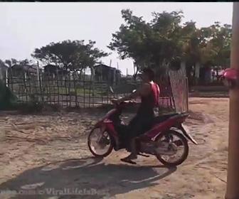 【衝撃】はじめてバイクを運転する男性がブレーキのかけ方をわからず…