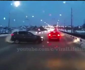 【事故】対向車線の車がコントロールを失い突っ込んでくる衝撃事故映像