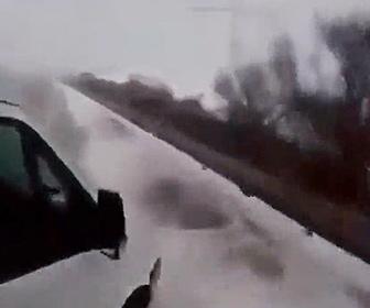 【事故】トラックを追い越そうとした車がコントロールを失いトラックに激突し…