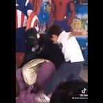 【衝撃】ヒーローショーに少年達が乱入し悪役を攻撃。顔面を蹴ってしまう衝撃映像
