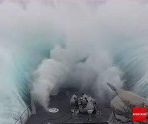 【衝撃】大荒れの南極海を進むイギリス海軍の軍艦。大波に襲われる衝撃映像
