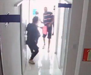 【強盗】クリニックに強盗2人が押し入るがクリニックマネージャーが銃で撃退する衝撃映像