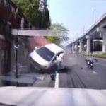 【事故】飲酒運転の車がコントロールを失い猛スピードで露店に突っ込んでしまう衝撃事故映像