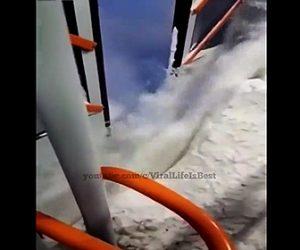 【衝撃】雪道を走るバスのドアから雪が大量に入り込む衝撃映像
