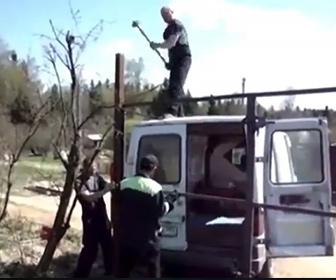 【衝撃】ハンマーの先が取れ杭を押さえていた男性の頭に落下してしまう
