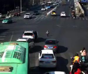 【衝撃】交差点を走る車のハッチバックから少年が落下してしまう衝撃映像