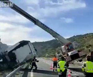 【事故】飲酒運転のトラックが横転。クレーンで横転したトラックを釣り上げようとするが…
