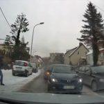 【衝撃】車で逃げる麻薬の売人がパトカーに挟まれ進路を塞がれるが…