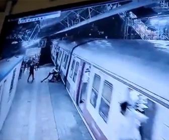 【衝撃】プロポーズを断られた男が駅のホームで女性を掴み衝撃の行動
