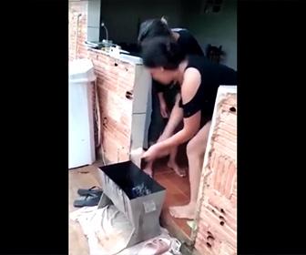 【衝撃】女性がライターで爆竹に火をつけるが…