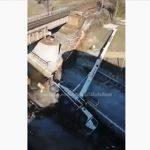 【衝撃】クレーンで鉄道橋の資材を吊り上げるがバランスを崩しクレーンが倒れてしまう衝撃映像