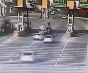 【事故】高速道路の料金所で車が突然車線変更し、避けようとした車がレーン間のブロックに激突してしまう