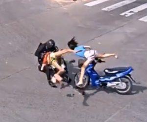 【事故】若い女性が運転する2人乗りバイクが無理に右折し、猛スピードのバイクが突っ込んでしまう