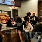 【乱闘】バーガーキングで店員と客が激しい戦いになる衝撃映像