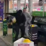 【喧嘩】酔っ払った白人が黒人が乗る車にビール缶を投げつけ、怒った黒人が…