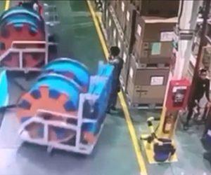 【衝撃】作業員が牽引車で荷物を運ぶが台車が外れ、横にいた作業員に突っ込んでしまう