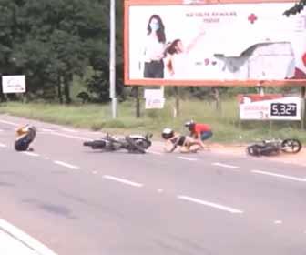 【事故】生放送に映ろうとした2人乗りバイクがレポーターの後ろでポーズをとり走りすぎるが…