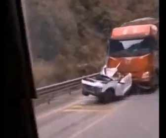 【事故】山道で猛スピードの大型トラックが前の車に突っ込み炎上する衝撃事故映像