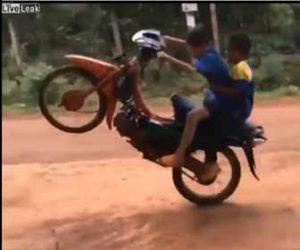 【事故】少年2人がバイクに乗ろうとするがアクセルを回し過ぎ転倒してしまう