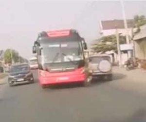【事故】猛スピードのバスが前の車を追い越そうとするがバイクと激突してしまう衝撃映像