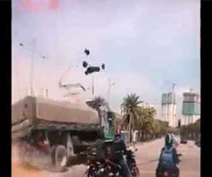 【事故】ブレーキが故障した猛スピードのトラックが信号機に突っ込む事故映像