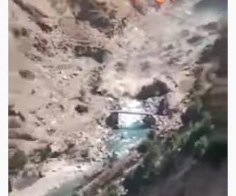 【災害】 ヒマラヤの氷河崩壊で大洪水、濁流が橋を破壊する衝撃映像