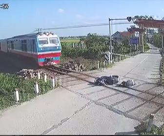 【事故】バイクライダーが降りた遮断器に激突し線路の上に転倒。電車が迫るがライダーは動けず…