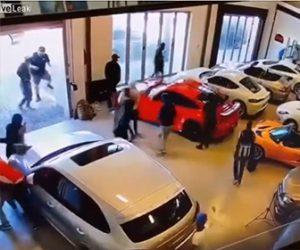 【衝撃】高級中古車ディーラーに男達が侵入し高級車をボコボコにしてしまう衝撃映像