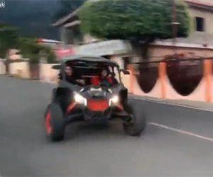 【事故】猛スピードのバギーがコントロールを失い、側溝にタイヤがはまり横転してしまう衝撃事故映像