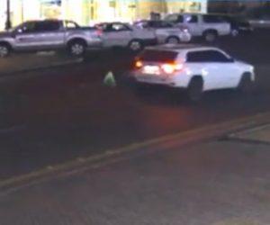 【事故】道を渡ろうとする男性がバックで走る車に轢かれてしまう衝撃映像