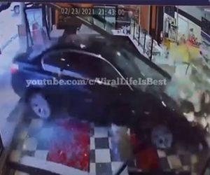 【事故】82歳おじいさんが運転する車がコントロールを失い、店のガラスを突き破り突っ込んでくる衝撃事故映像