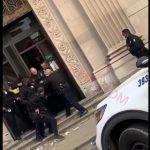【強盗】銀行強盗が金を奪い銀行から出る瞬間、待ち構えていた警察官に取り押さえられる衝撃映像