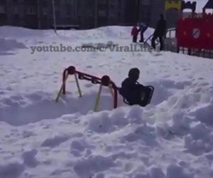 【衝撃】雪に埋まったブランコで遊ぶ少年