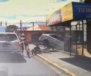 【事故】停車した車が急発進しロードバイカー達に突っ込んでいく衝撃映像