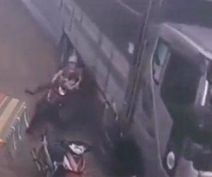 【事故】母親と子供が乗るバイクに大型トラックが接触しバイクが転倒。トラックのタイヤが…