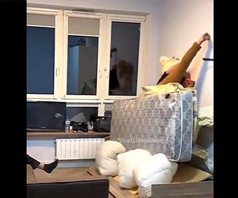 【衝撃】ベッドの下のエアバッグを爆発させ、寝ている男性が吹き飛ぶドッキリ映像が凄い