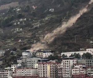 【衝撃】巨大な岩が山の斜面を下り民家に突っ込んでしまう衝撃映像