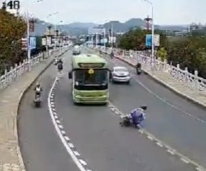 【事故】10代の若者が乗る2人乗りバイクがカーブを曲がり切れず対向車のバスに突っ込んで行く事故映像