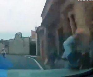 【事故】コントロールを失った車が前の車に激突し、自転車をはね飛ばして建物に突っ込む事故映像