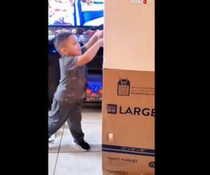 【感動】父親と9ヶ月間会えなかった4歳少年の前に、大きな箱の中から父親が出てくるハッピーサプライズ