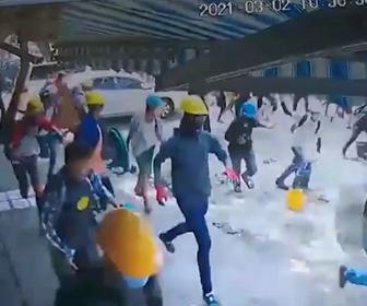【デモ】デモ隊が治安部隊から必死に逃げる。捕まったデモ参加者は激しい暴行を受ける衝撃映像