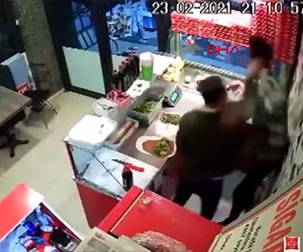 【暴行】店で出された食べ物が辛すぎ、客の男が店員に殴りかかる衝撃映像