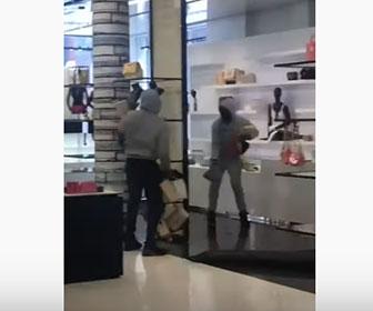 【衝撃】窃盗グループが高級店から商品を盗みまくる衝撃映像