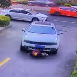 【事故】少年が道に飛び出し車の下敷きになってしまい、周りにいた人達が車を持ち上げ少年を救出する